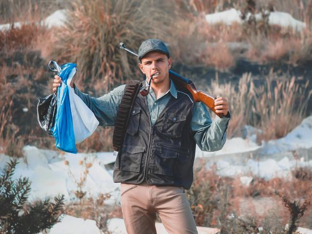 Der Street Art Künstler Forest Dump aus Lissabon stellt Jagd-Fotos mit Müll nach