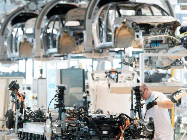 Studie: Rohstoff- und Chipmangel bremsen die Autoindustrie