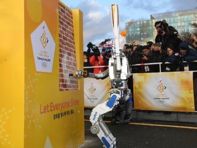 Android Hubo trägt Olympische Fackel in Südkorea