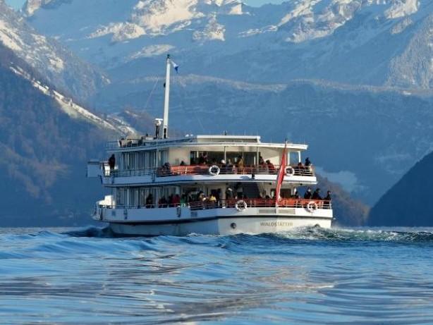 Schweiz: Skifahrer am Vierwaldstättersee schippern zur Piste