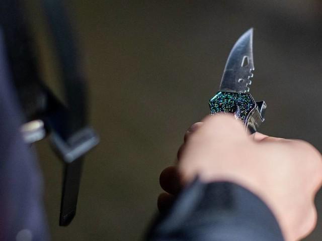 Mit Messer bedroht: Siegburger vertreibt Räuber mit Schlag ins Gesicht