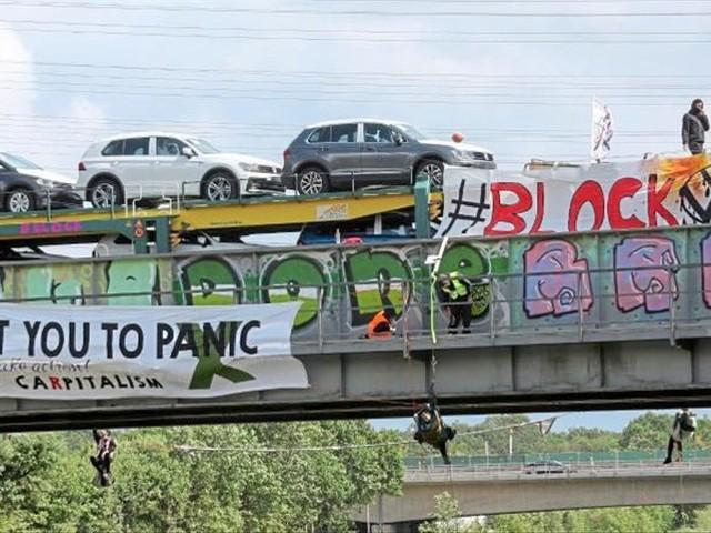 Aktivisten stoppen VW-Autozug