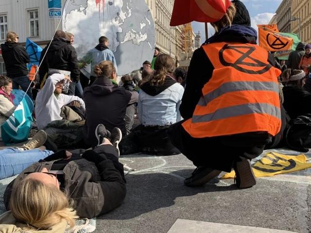 Neue Blockaden angekündigt: Klima-Protestbewegung legt Straßen lahm