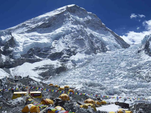 Auf 2800 Metern Höhe: 300 Touristen sitzen wegen schlechtem Wetter am Mount Everest fest