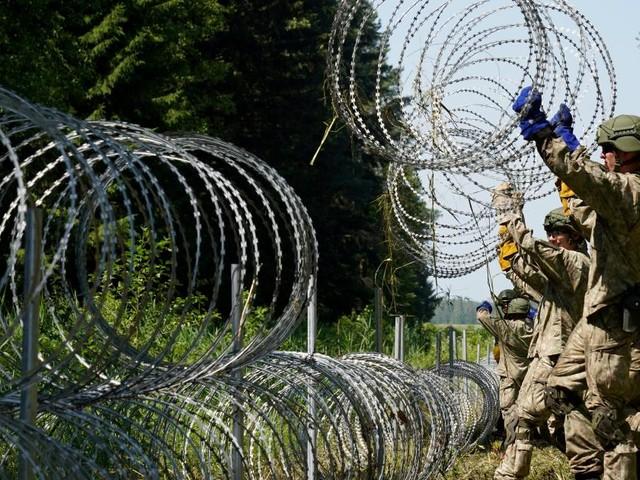 """Militär geht mit """"Spezialausrüstung"""" gegen Flüchtlinge aus Belarus vor"""
