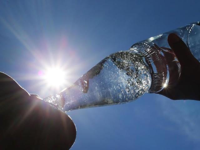 Hitze-Mythen: Helfen eiskalte Getränke und dunkle Kleidung gegen Wärme?