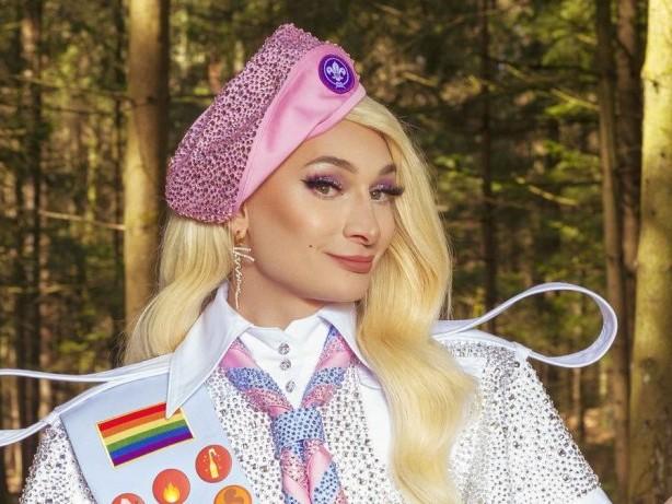 """Neue Joyn-Show """"#offline im Wald"""": Dragqueen Candy Crash braucht immer eine """"Notfallration Glitzer"""""""