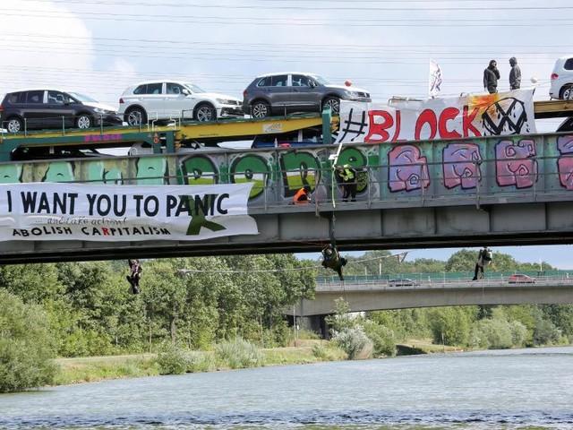 Etwa 15 Polizeibeamte vor Ort: Aktivisten stoppen Autozug in Wolfsburg