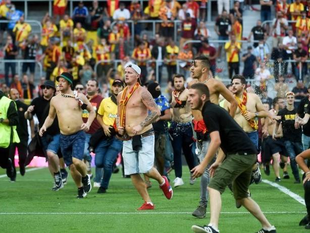 Fußball: Fan-Prügelei auf dem Platz: Spielunterbrechung in Frankreich