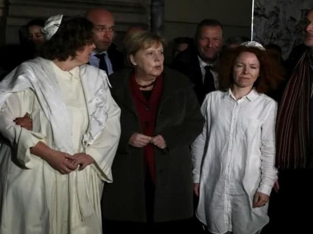 Merkel nimmt an Mahnwache teil