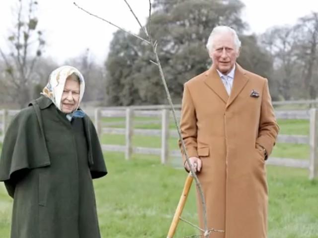 Zum 70. Thron-Jubiläum: Queen und Prinz Charles pflanzen Baum