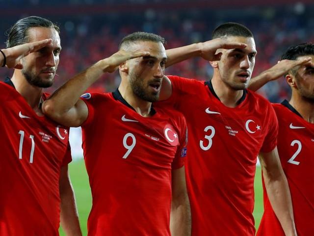 Türkische Spieler mit Militärgruß als Zeichen der Unterstützung