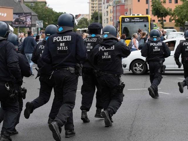 """Verbotene Demo: Polizei und """"Querdenker"""" geraten in Berlin aneinander"""