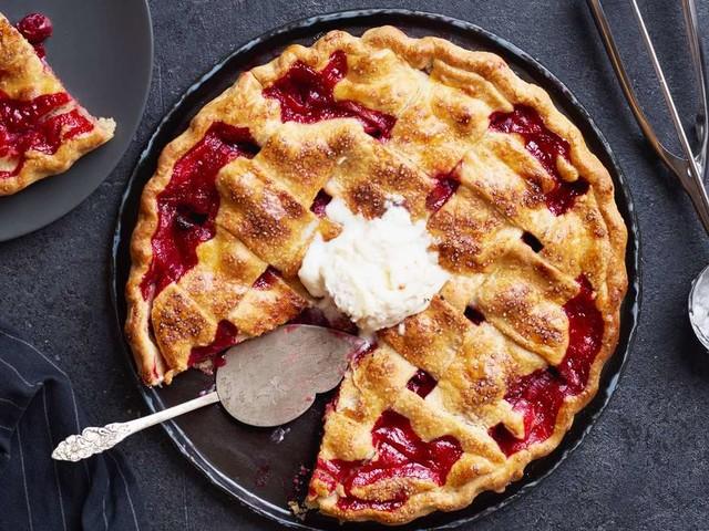Ein köstliches Sommerdessert: Kirschkuchen mit Eis und Sahne – So einfach backen Sie den Klassiker