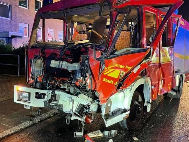 Jülich: Mensch stirbt bei Brand - Feuerwehr prallt gegen Lkw