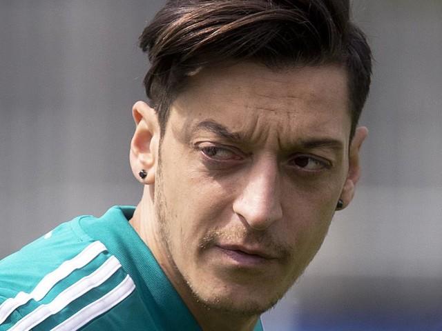 Zwei Männer nach Raubüberfall auf Özil in London beschuldigt