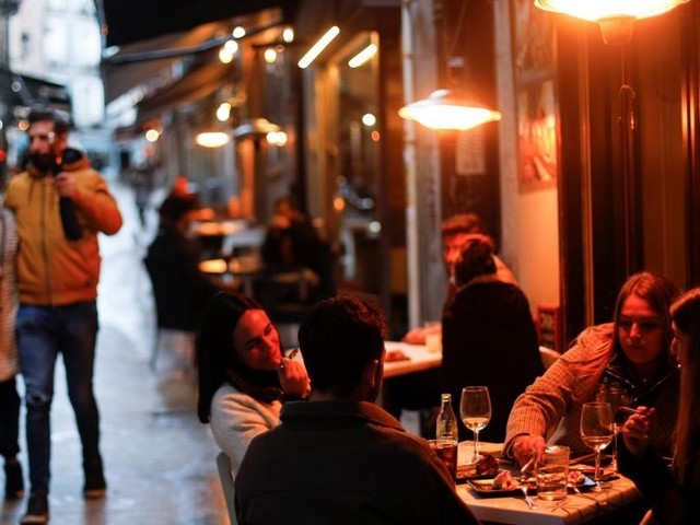 Viele Neuinfektionen, trotzdem alles offen: Madrid zieht tausende Touristen an