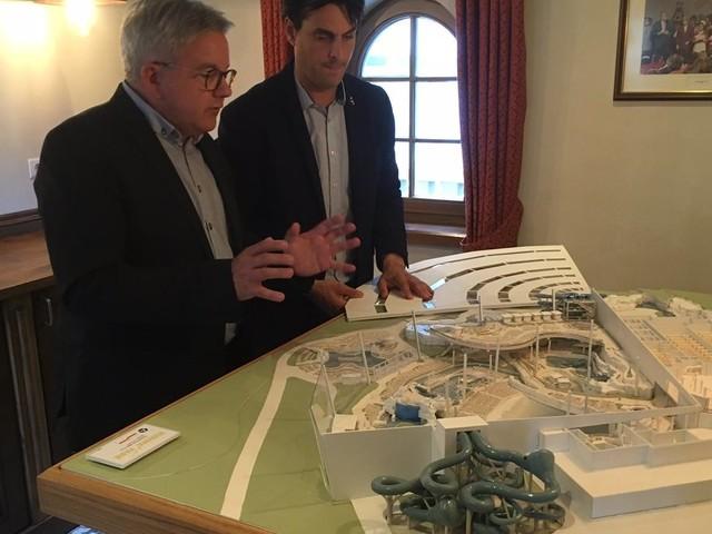 Thomas Mack präsentiert Modell des neuen Europa-Park Wasserparks
