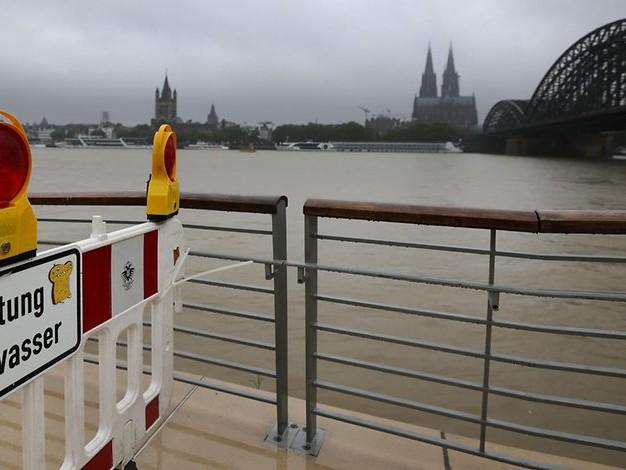 Hochwasser in Köln: Baum stürzt auf Auto – Autobahn teilweise geflutet