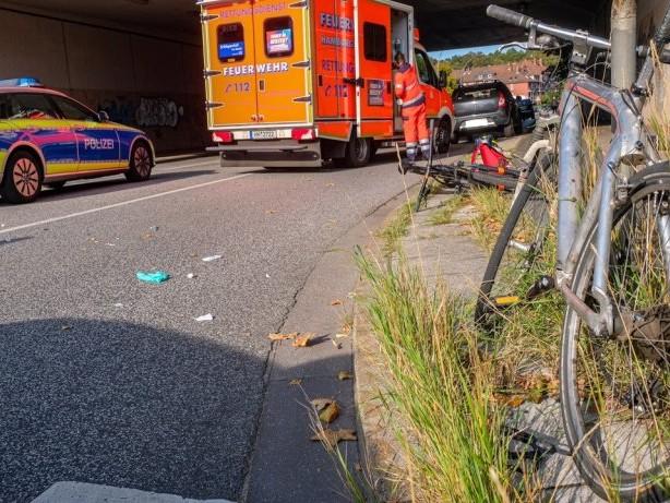 Volksdorf: Tödlicher Abbiegeunfall: Radfahrer von Transporter erfasst