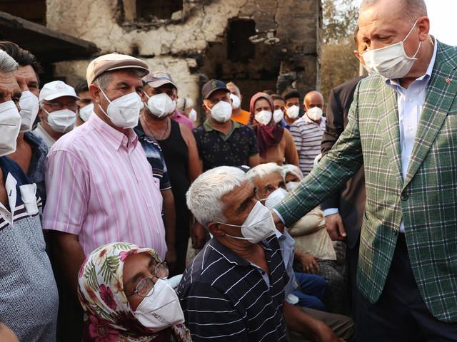 Brände in der Türkei: Erdo?an wirft bei Ortsbesuch Tee aus fahrendem Bus