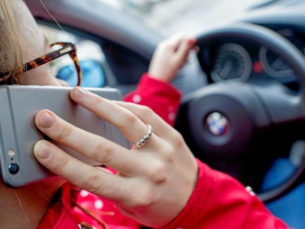 Verkehr: Polizei erwischt fünf Rotsünder und 34 Fahrer mit Handy