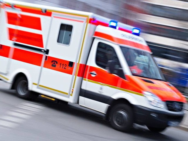Nächtlicher Einsatz in Velbert: Verletzter Radfahrer tritt Rettungssanitäter vor den Kopf