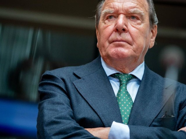 Gerhard Schröder empört über Aus für Currywurst in VW-Kantine