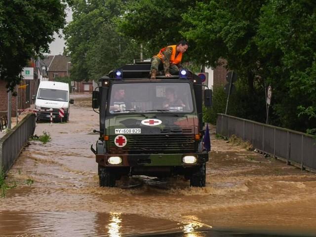 Zahl der Toten durch Unwetter steigt auf 81 - Mehrere Häuser in NRW eingestürzt
