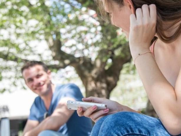 Kontaktaufnahme: Den Urlaubs-Flirt bloß nicht mit nervigen Fragen beginnen