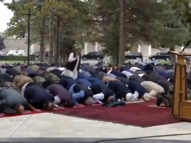 Raketenexplosionen während Gebets in Kabul - Präsident betet weiter