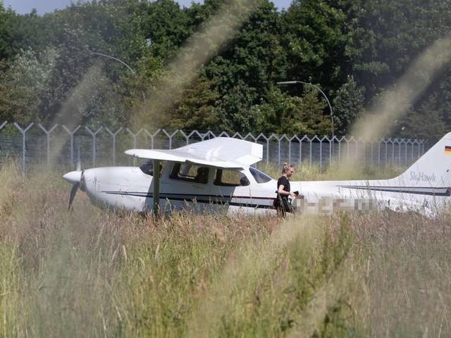 Unfall am Hamburger Flughafen! Kleine Cessna stürzt hinter der Startbahn ab
