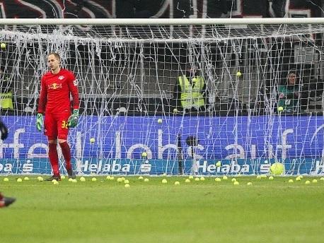 Fanproteste in Frankfurt: Mit Pfeifen und Tennisbällen gegen Montagsspiele
