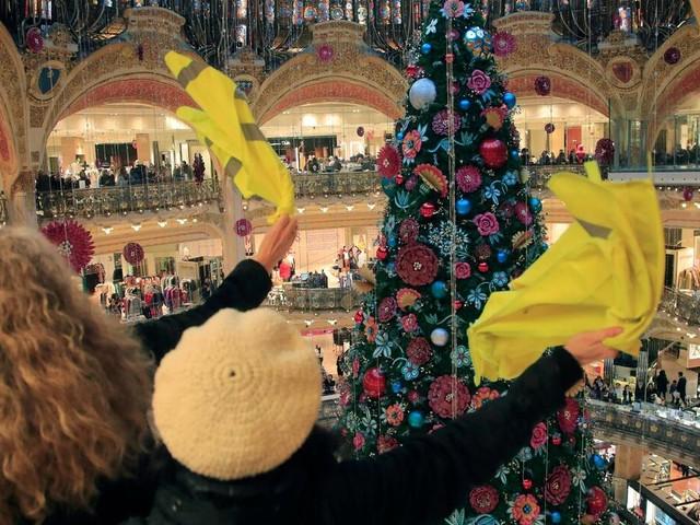 Ein Jahr Proteste: Gelbwesten besetzen Pariser Luxuskaufhaus Galeries Lafayette