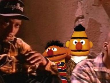 Ernie & Bert performen Warren G. & Nate Dogg Classic 'Regulate'