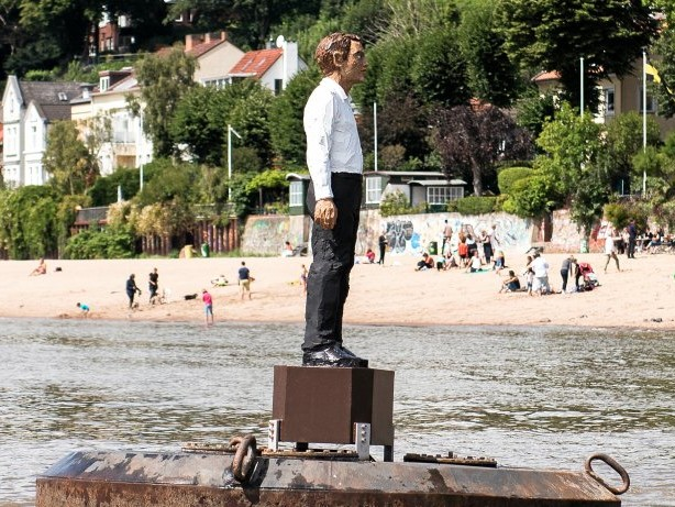 Hamburg: Der Bojenmann steht wieder auf der Elbe