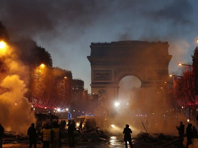 Zusammenstöße in Paris: Macron nennt gewaltsame Proteste gegen seine Steuerpolitik beschämend