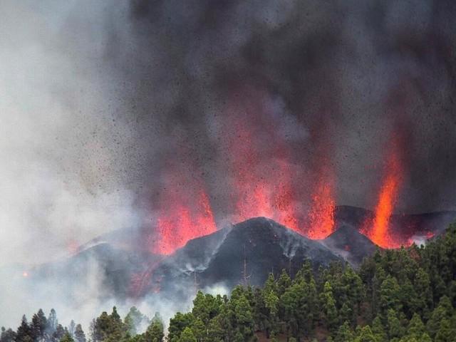 Touristen evakuiert: Vulkanausbruch auf La Palma