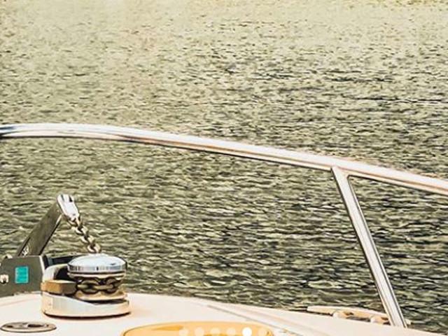 """A-Promi auf Boot auf Starnberger See abgelichtet - aber was hat der Mann da an?""""Oh Hilfe"""""""