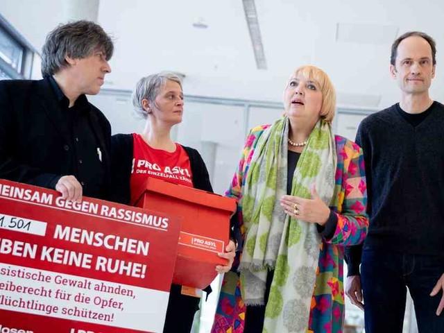Bundestag in Berlin: Toten Hosen übergeben Unterschriften gegen Rassismus