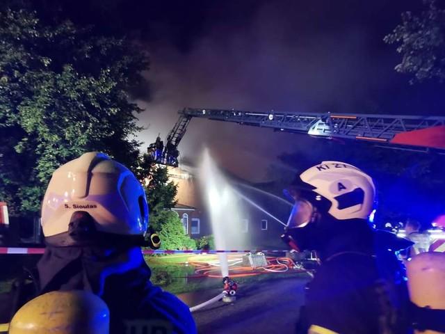 Stall geht in Flammen auf: Tausende Tiere verenden qualvoll