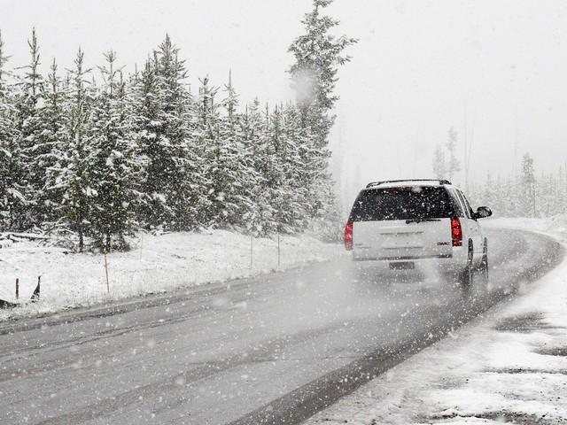 Verschneite Verkehrsschilder: So ist die Rechtslage und was Sie beachten müssen