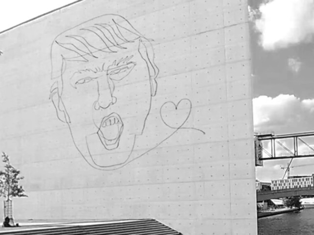 Künstler malt mit Drohne ein Portrait von Donald Trump im Berliner Regierungsviertel an die Wand