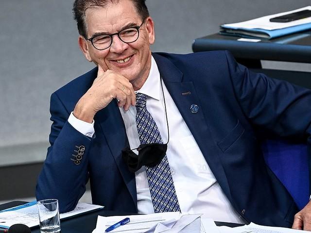 Oppositionspolitiker hatten keinen Platz - Übernachtung in Luxus-Hotels, Ehefrau im VIP-Abteil: Maßlos-Vorwürfe gegen Minister Müller