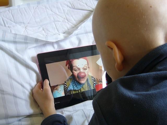 Wie Klinik-Clowns den Pandemiealltag kranker Kinder aufhellen