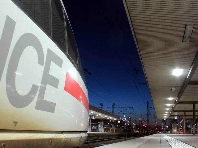 Mann schlägt am Bahnhof drei Mädchen und stößt eines aufs Gleis
