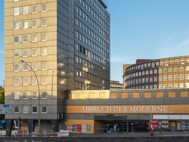 """""""Abbruch der Moderne"""" Schriftzug Busting an den City Hochhäusern in Hamburg"""