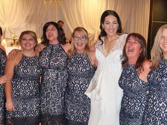 Sechsmal das gleiche Kleid bei Hochzeit - und es sind keine Brautjungfern