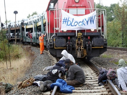 VW - Aktivisten stoppen Autozug in Wolfsburg