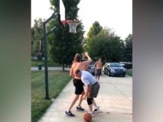 Alt verblüfft Jung beim Basketball mit fiesem Trick